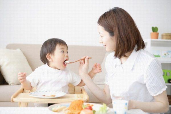 Bí quyết giúp con tự giác ăn ngoan của mẹ Nhật