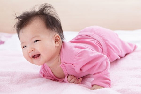 8 lợi ích tuyệt vời từ việc tắm nắng cho trẻ sơ sinh